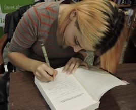 Kurumi firmando los ejemplares con velocísimas caricaturas de P