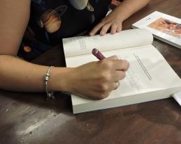 Firmando muchísimos ejemplares ^^